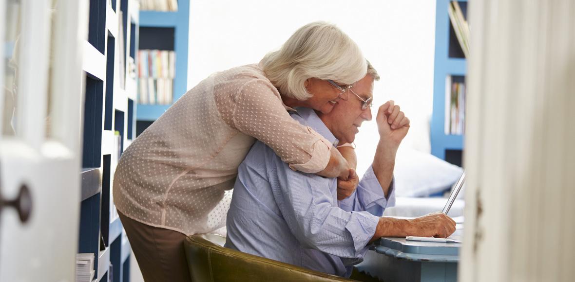 Senioren am Schreibtisch im Büro zu Hause.