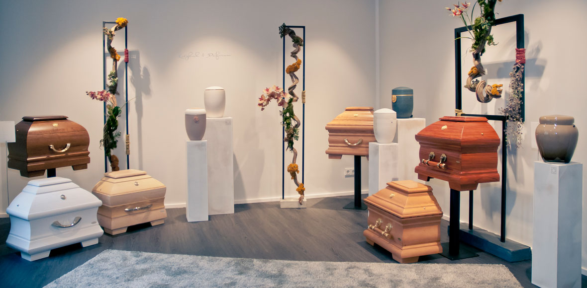 Sarg- und Urnen-Ausstellung von Bestattungsinstitut Katzbach & Düferenne in Solingen. Eine fein abgestimmte Auswahl an Produkten für die würdevolle Bestattung eines Menschen.
